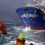 Απίστευτη διάσωση  ψαράδων σε άγρια θάλασσα