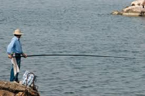 Έδινε – με το αζημίωτο – «άδειες» για …παράνομο ψάρεμα!