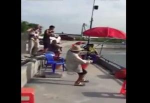 Μεγάλη μάχη από έναν Κινέζο ψαρά για να βγάλει το ψάρι έξω