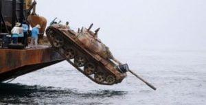 Πέταξαν 25 άρματα στη θάλασσα για να σώσουν τα ψάρια