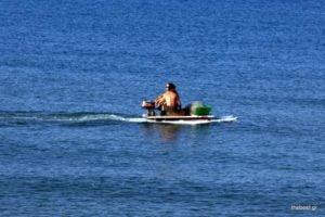 """Δεν """"παίζεται ο τύπος"""" – Έφτιαξε βάρκα με μηχανή με δύο …κανό!"""