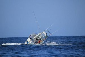 """Ξιφίας """"τουμπάρει"""" αλιευτικό σκάφος!"""