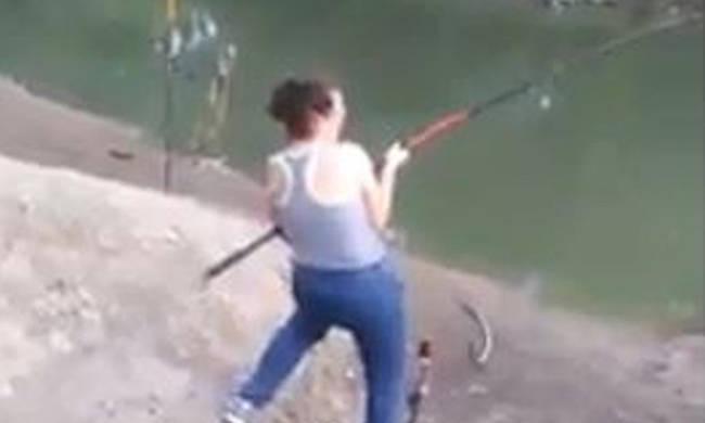 Ψάρεψε ένα… θηρίο του γλυκού νερού!