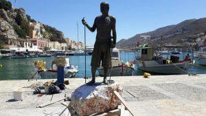 Τοποθετήθηκε το άγαλμα του δύτη Στάθη Χατζή στη Σύμη